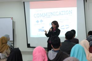 Rizka Septiana Memberikan Kuliah Kehumasan di  Ilmu Komunikasi UNISA